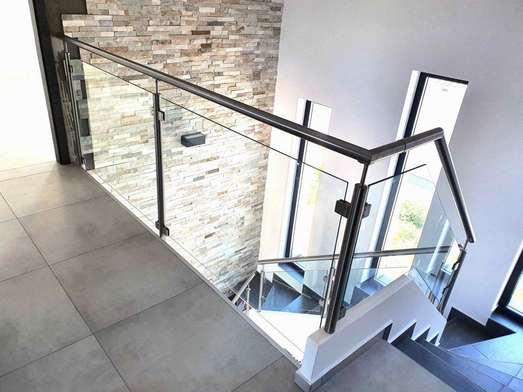 Üvegkorlát Glas gipszbeton lépcsőre