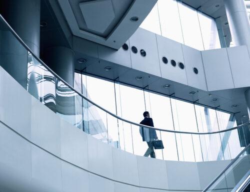 Üvegkorlát beltéri lépcsőre, egy kifinomult lakberendezési elem