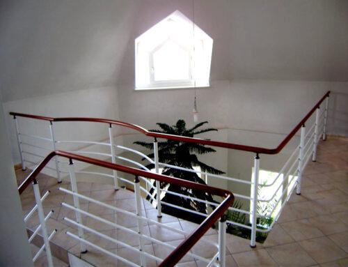 Lépcső korlát fával kombinálva, egy mutatós kiegészítő belső térbe!